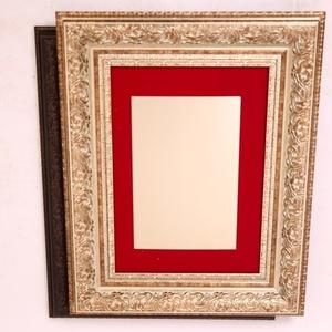 מסגרת דקורטיבית עם רקע בד אדום 10 ס''מ