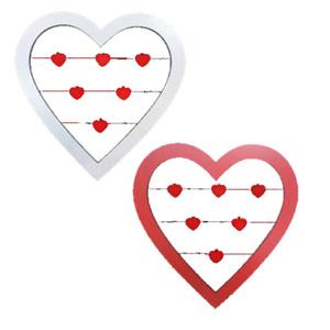 מסגרת עץ לב לתלייה אדום - לבן עם אטבים אדומים