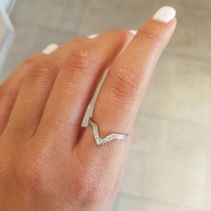 טבעת V משובצת