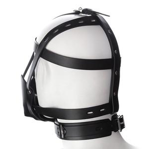 מסיכת ריסון דמויית עור עם רצועות בצבע שחור