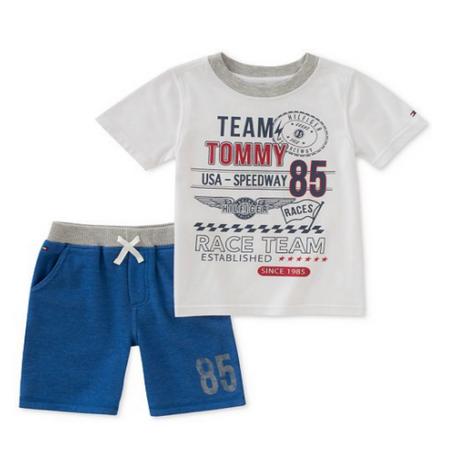 סט טומי הילפיגר 2 חלקים: חולצה לבנה קצרה לוגו 85 ומכנס ברמודה כחולה