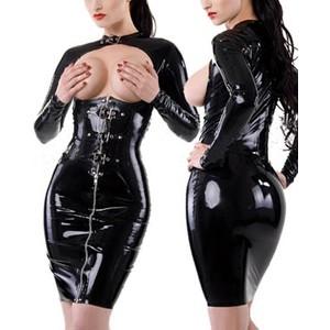 שמלה שחורה מבד מבריק עם חזה חשוף