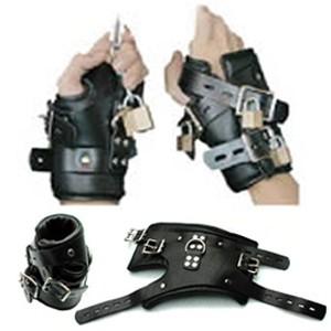 אזיקי ידיים מעור שחור עם מנעולים מיוחדים לסספנשן