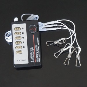 סט של ארבעה מצבטי מתכת מעבירי זרם חשמלי מחוברים לשלט