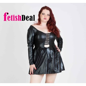 שמלת דמוי עור שחורה עם שרוולים ארוכים ומחשוף עמוק