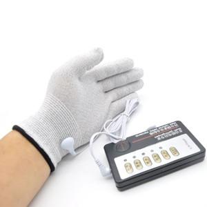 זוג כפפות מחשמלות מחוברות לאלקטרודות עם שלט