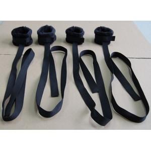 סט של ארבעה אזיקי בד שחורים עם רצועות לאפשרויות קשירה מגוונות