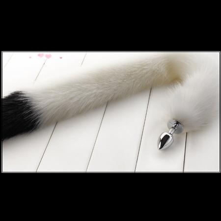 זנב ארוך בצבע לבן עם קצה שחור מפרווה סינטטית עם פלאג מתכת קטן